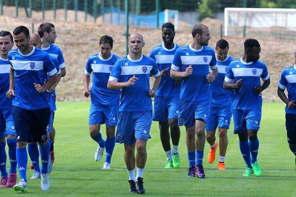 Benjamin Nivet mène l'échauffement de ses coéquipiers lors de la reprise de l'entrainement le 24 juin 2015.