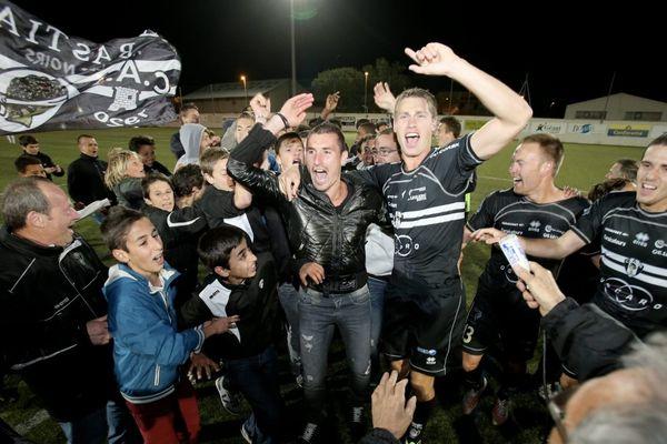 La joie des supporters et du staff après la montée du CA Bastia vendredi soir