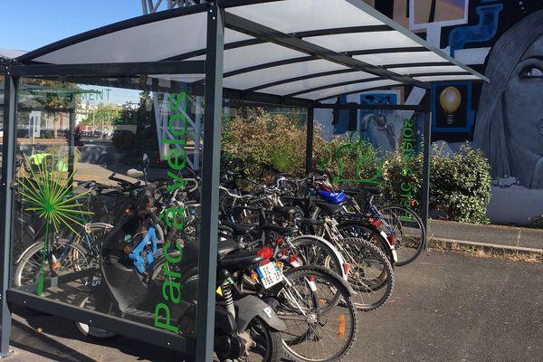 Des garages à vélo installés un peu partout sur le campus.