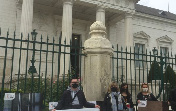 Les militants des associations de protection animale devant le tribunal de Blois, le 12 mai.
