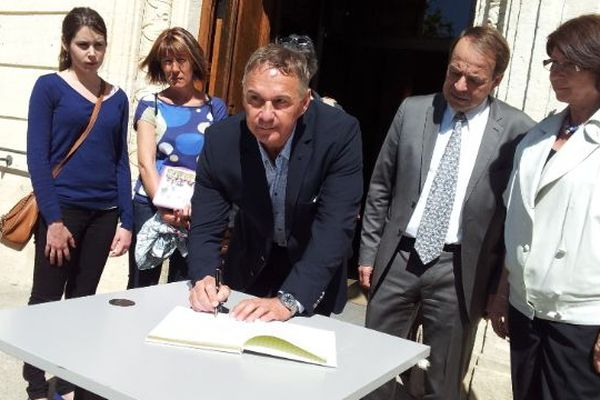 Les élus signent le livre blanc devant la mairie de Mauguio - Archives