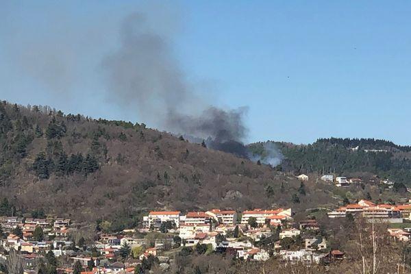 Une grande fumée noire s'échappait de la forêt où l'incendie se serait déclaré dimanche 31 mars à Durtol dans le Puy-de-Dôme.