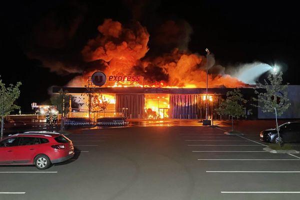 Le supermarché U Expresse de L'Huisserie entièrement détruit par un incendie dimanche 30 mai 2021