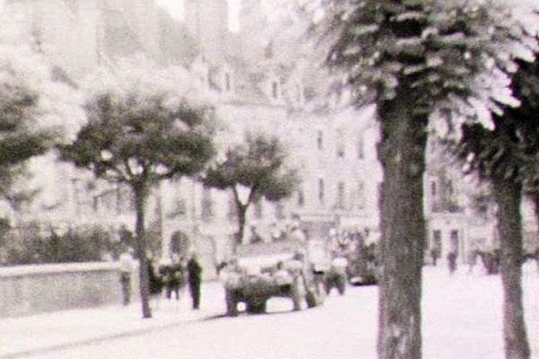 La 1ère armée française parcourt la rue de Belfort à Chalon.