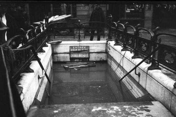 L'entrée du métro rue de Rome (Paris 8e arr.) envahie par les eaux des inondations de 1910.
