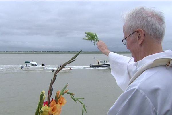 Chaque année, lors de la fête de la Mer au Crotoy, un prêtre bénit les bateaux de pêche.