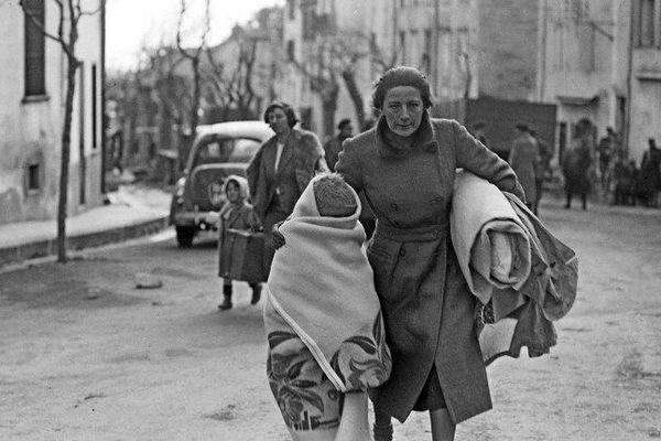 En février 1939, une femme et son enfant arrivent en France par Le Perthus dans les Pyrénées-Orientales après avoir fui les troupes du général Franco.