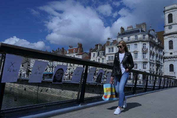 L'installation vise à interpeller les passants sur l'un des ponts piétons les plus passants de Besançon