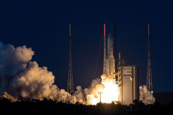 Une fusée Ariane 5 décolle de Kourou, en Guyane. Elle emmène deux satellites dédiés aux télécommunications.