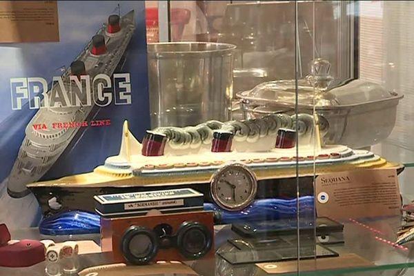 Objets du France et d'autre paquebots exposés avant d'être mis aux enchères