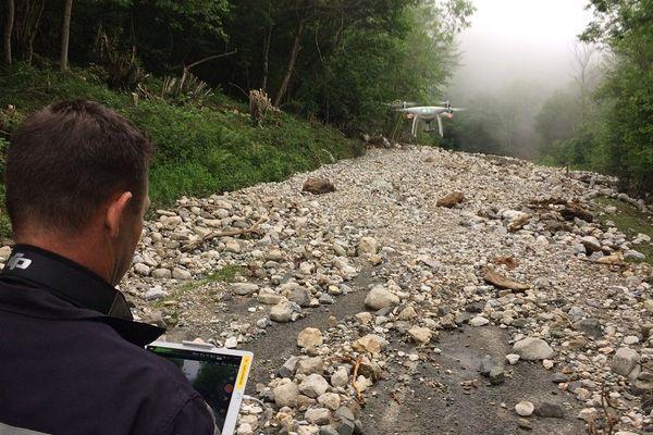 Les pompiers filment avec un drone la route ensevelie en Ariège.