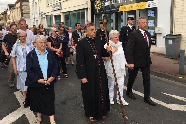 La marche conduite par l'Archevêque a repris le chemin pris par Jacques Hamel de son presbytère à l'église le 26 juillet 2016