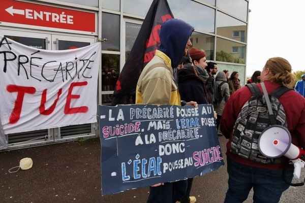Une cinquantaine d'étudiants s'est réunie sur le campus de l'université de Caen pour dénoncer la précarité.