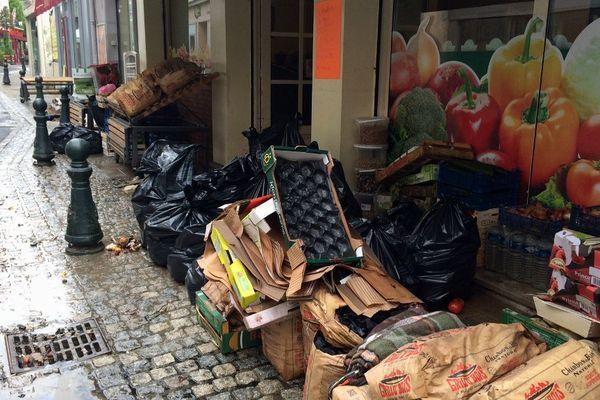 Montargis (Loiret) Denrées périssables dans une rue commerçante