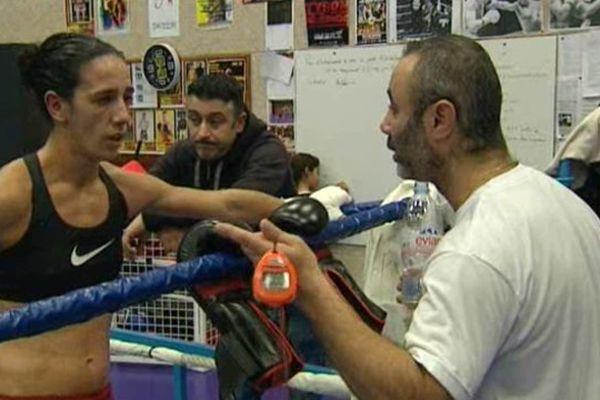 Myriam Dellal avec son entraîneur, quelques jours avant le combat pour le titre européen en catégorie légers.