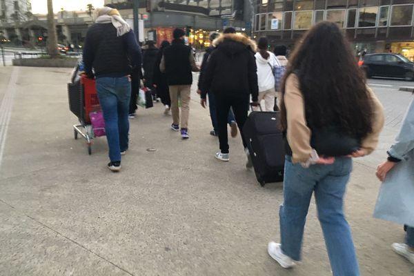 Valises remplies de vêtements, caddie, sacs : tout est prêt pour la distribution.