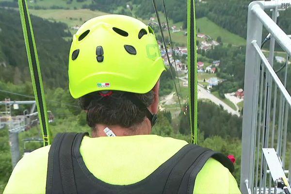 Notre journaliste a testé la double tyrolienne géante dans les monts du Jura, la plus raide de France