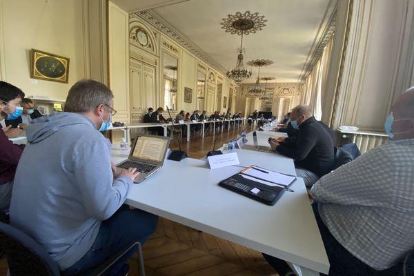 Entreprises, syndicats et élus se sont retrouvés vendredi 9 octobre à la préfecture de la Somme à Amiens au sein du premier comité de suivi de la filière aéronautique.