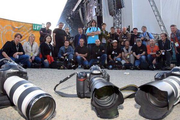 En 2008, les photographes présents aux Vieilles Charrues posent leur appareil après qu'Etienne Daho ait imposé son photographe officiel comme unique témoin de son concert