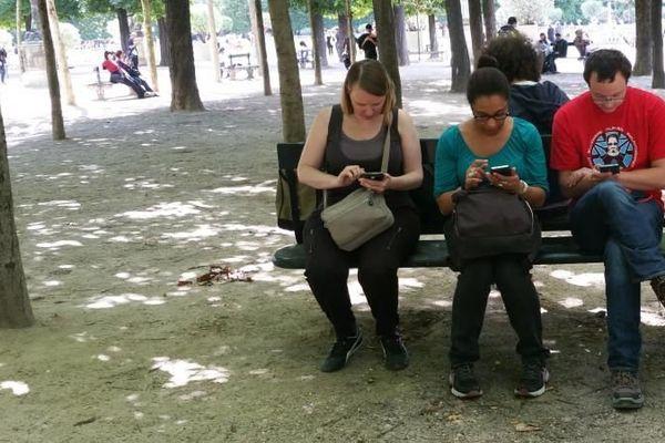 Alex, Abi, Yann et Hélène (de gauche à droite) jouent à Pokémon GO au jardin du Luxembourg, à Paris, le 14 juillet 2016. (