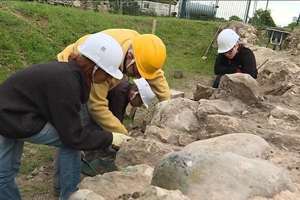 Les bénévoles travaillent dans l'urgence pour dévoiler les secrets de ce pont qui date du 15ème siècle.