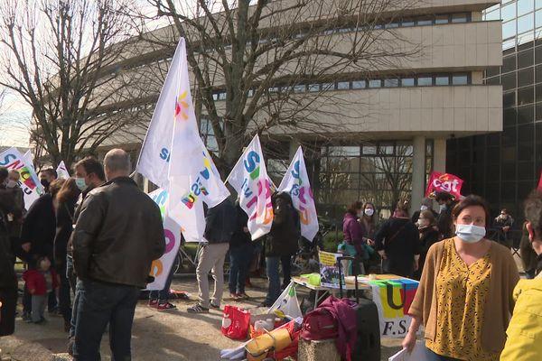 Rassemblement d'enseignants devant la DSDEN de Gironde à Bordeaux. 10/03/21.