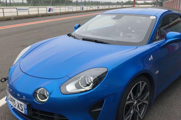 """Les jeunes participant à l'opération """"Vigeant, j'y vais"""" ont la possibilité de monter à bord de voiture de compétition sur le circuit du Val de Vienne."""