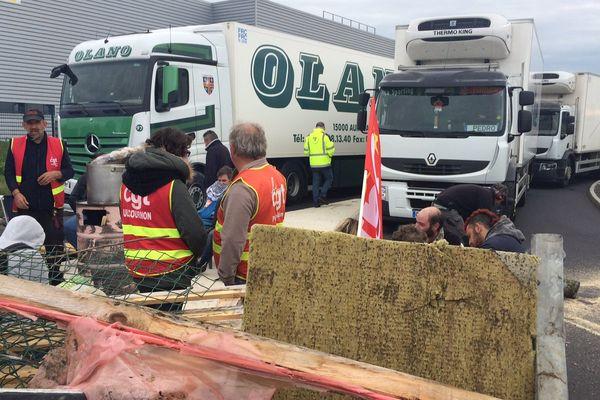 Les opposants à la loi travail bloquent l'accès des camions.