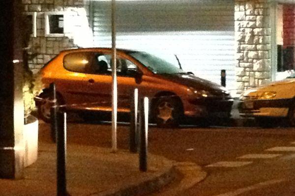 La voiture garée devant le restaurant, criblée de balles