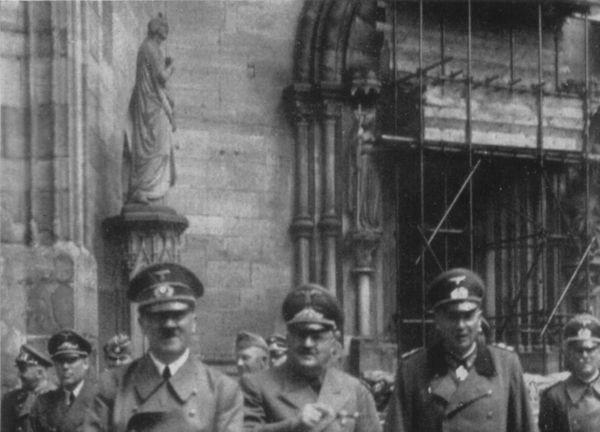 Hitler visitant la cathédrale de Strasbourg.