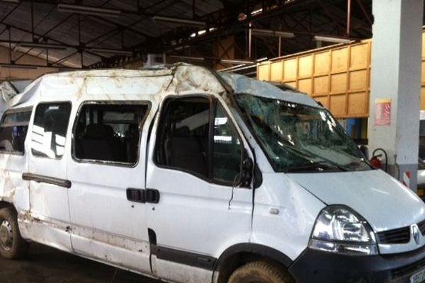Sérieusement endommagé, le minibus a été conduit chez un récupérateur auto à Cusset où il restera le temps de l'enquête.