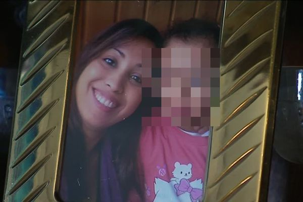 Saïda et l'un de ses enfants retenus dans un camp en Syrie.