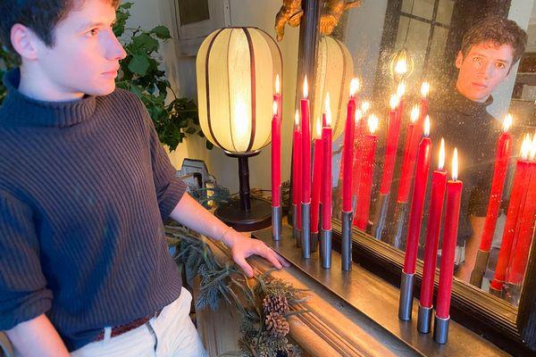Jean Iannazzi à côté de son chandelier Sabi, un plateau de métal brossé et des chandeliers aimantés qui se déplacent à volonté