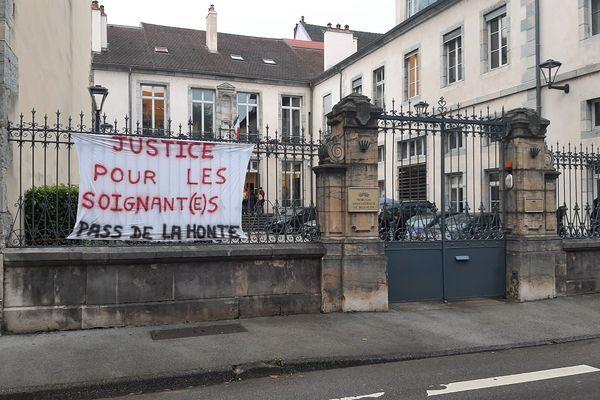 Une banderole devant le tribunal administratif, jeudi 7 octobre vers 9h.