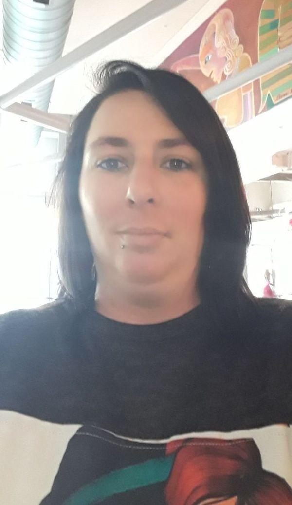 Stéphanie gère le quotidien avec le peu d'aide qui reste, pendant ce confinement qui entraîne la fermeture de l'épicerie sociale de sa commune