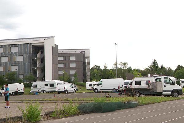 Les caravanes se sont installées à cheval sur le parking mais aussi sur le terrain de sport