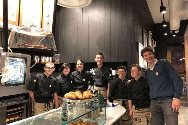 Le café Joyeux propose des pâtisseries, il se singularise par ses huit employés. De jeunes handicapé(e)s super-motivé(e)s, qui vous serviront avec le cœur.