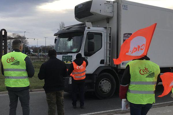 Lundi 16 décembre, depuis 7h30, des chauffeurs routiers organisent un barrage filtrant au rond-point de Gerzat, dans le Puy-de-Dôme.