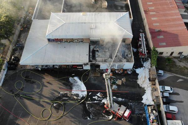Une centaine de mètres carrés détruite par l'incendie à l'origine inconnue, avec l'emploi d'un canon à mousse de par la présence de solvants polluants.