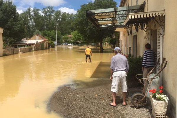 A Mauvezin, les habitants ont les pieds dans l'eau. L'Arrats est sorti de son lit.