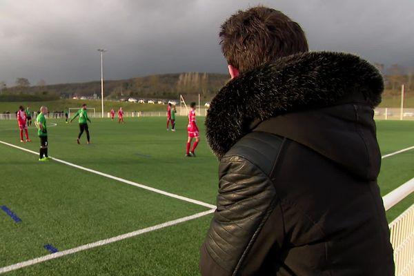 Une centaine d'arbitres sont restés au bord du terrain ce week-end en Normandie, pour faire réagir la Ligue Normande de football suite aux agressions subies sur le terrain.