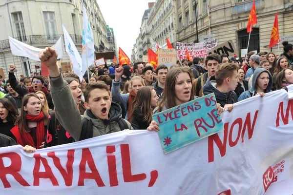 Des lycéens manifestent contre le projet de loi travail, le 17 mars 2016 à Nantes.