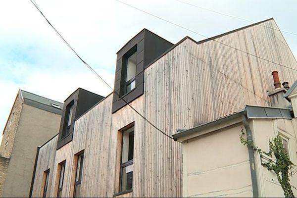 Cette maison de ville contemporaine et passive prend appui sur une autre maison.