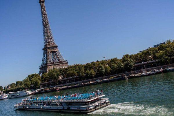 Un bateau-mouche sur la Seine, devant la Tour Eiffel à Paris, en août 2016.