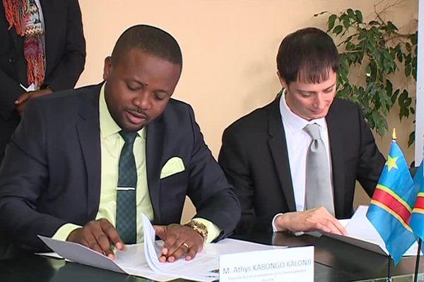 Le ministre congolais de l'environnement, Athys Kabongo Kalonji et le directeur général de Cerene Services, Claude Boisson signent un contrat de plus de 8 millions d'euros pour cartographier la forêt congolaise.