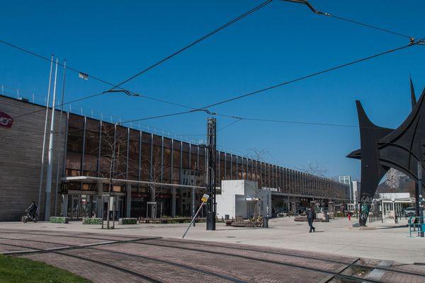 Seules quelques personnes circulent désormais sur le parvis de la gare de Grenoble.