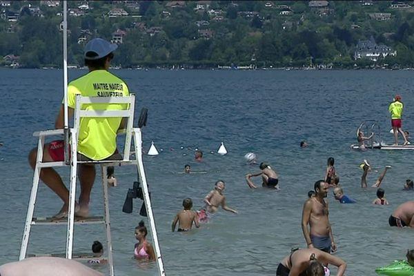 Sur les bords du lac d'Annecy, les maîtres-nageurs se plaignent du manque d'effectif