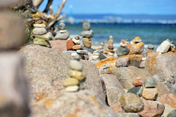 Ces cairns, empilements de galet, dérangent également l'écosystème.