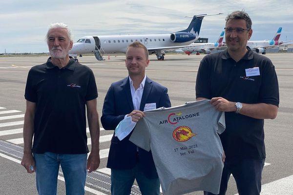 Robert Guisset, Yannick Coronil et Lionel Marty sur le tarmac de l'aéroport de Perpignan sud de France avant le premier vol charter de AIr Catalogne le lundi 17 mai 2021.