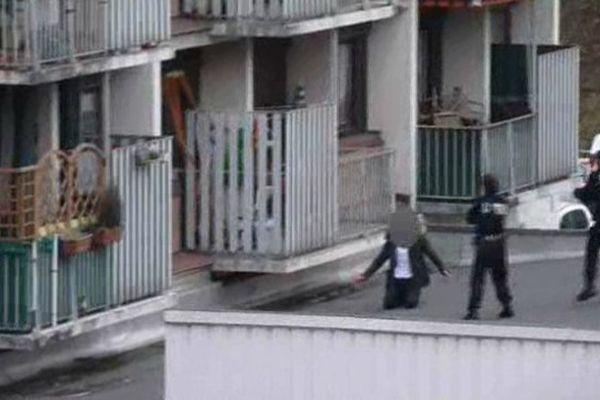 Le suspect a tenté de s'échapper par la terrasse